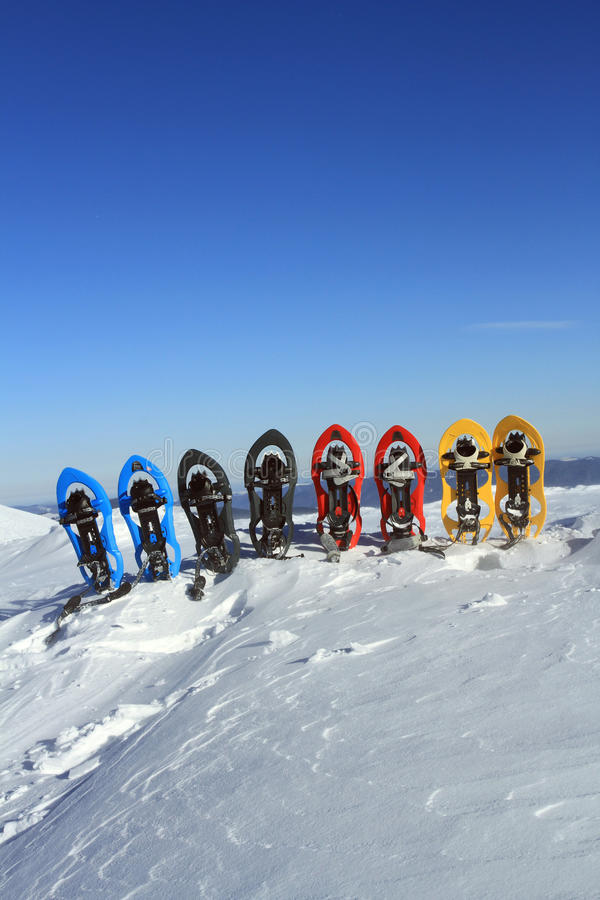 snowshoeing Raquettes dans la neige images libres de droits
