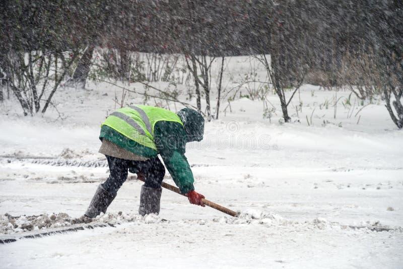 Snowstorm στην πόλη Οι υπάλληλοι των δημόσιων υπηρεσιών καθαρίζουν το χιόνι στοκ φωτογραφίες με δικαίωμα ελεύθερης χρήσης