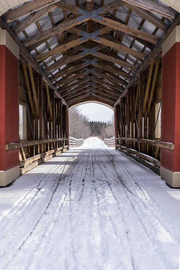 Snowy-überdachte Brücke - Ost-Ohio stockbild