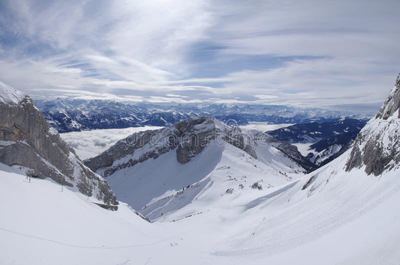 Snowy-alpine Berge stockfotos