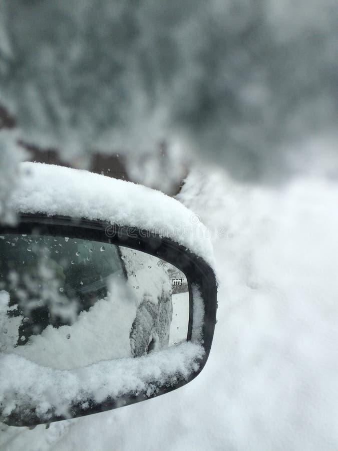 Snowy-Auto lizenzfreie stockfotografie
