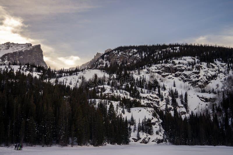 Snowy-Berg bei Colorado mit Leuten an der Unterseite lizenzfreie stockbilder