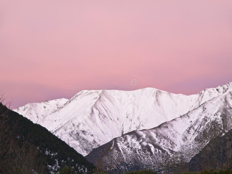 Snowy-Berg am Sonnenaufgang lizenzfreies stockfoto