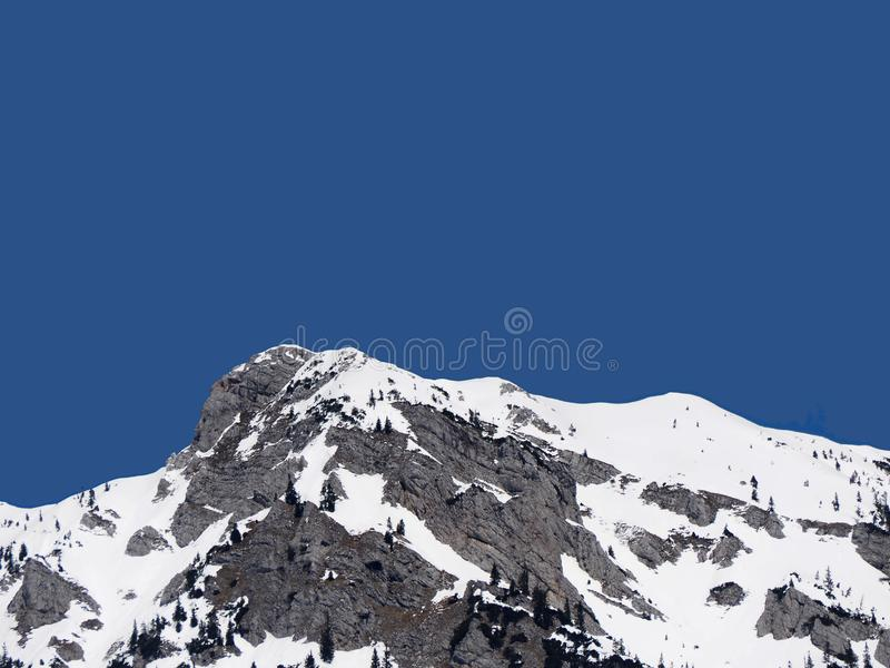 Snowy-Bergspitze mit blauem Himmel stockfoto
