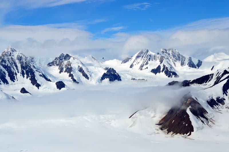 Snowy-Bergspitzen in den Wolken, Nationalpark Kluane, Yukon lizenzfreies stockbild