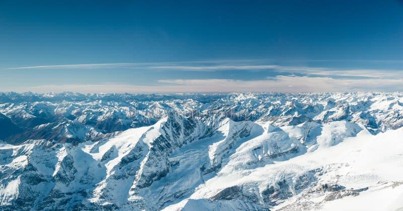 Snowy-Bergspitzen in kaltem Tirol stockbilder