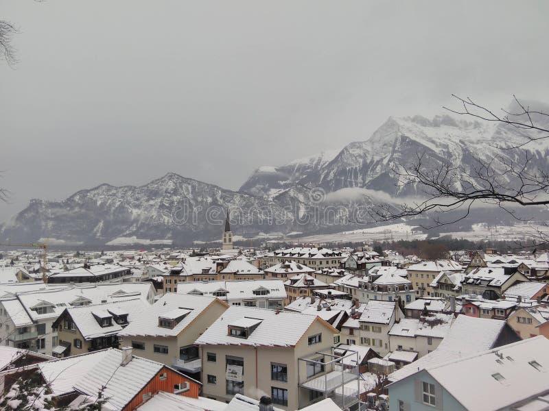 Snowy-Bergstadt lizenzfreie stockbilder