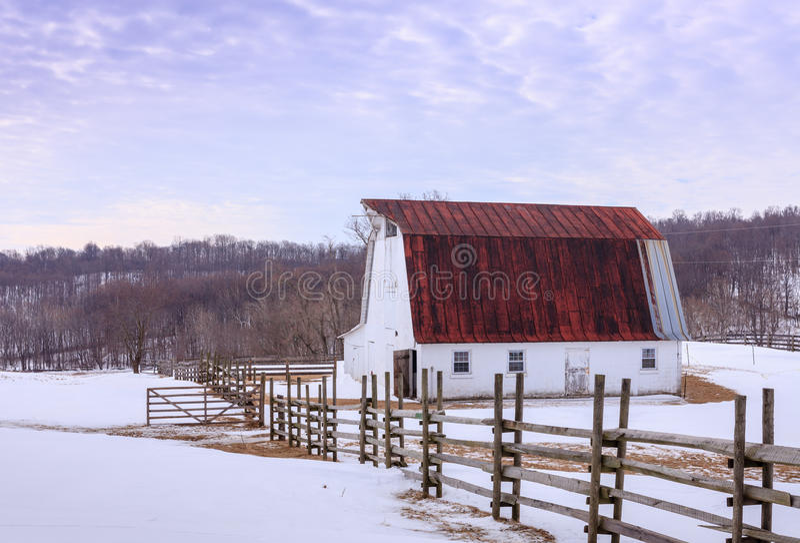 Snowy-Feld mit Scheune in Virginia Piedmont stockfotos
