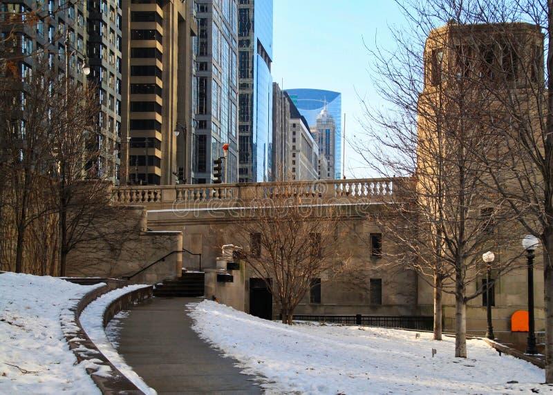 Snowy-Fußweg, der weg von dem riverwalk in im Stadtzentrum gelegener Chicago-Schleife verbiegt stockfotos