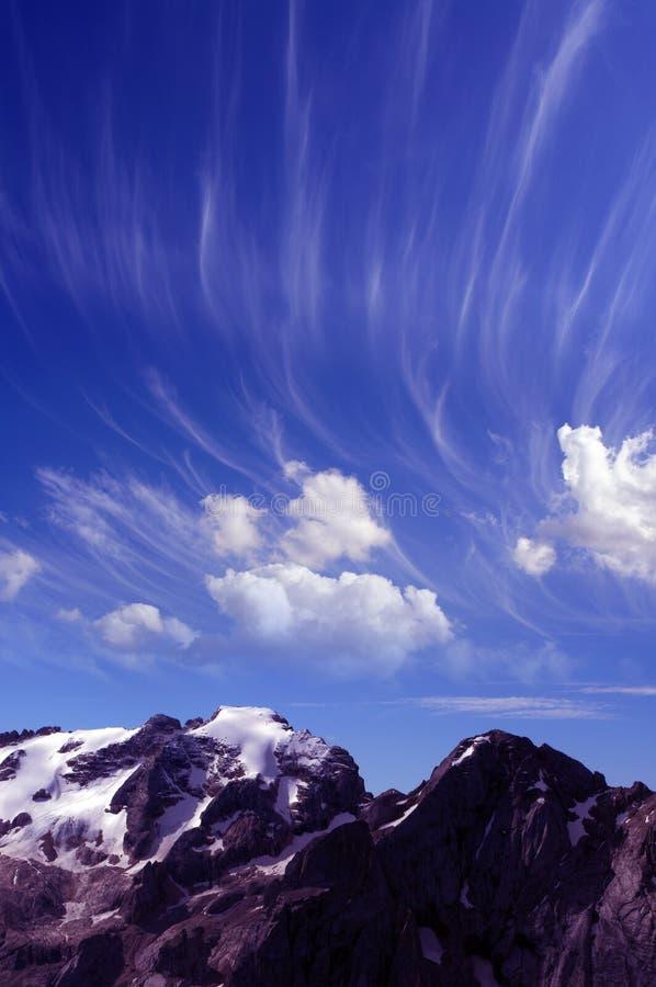 Snowy-Gebirgs- und -magiewolken lizenzfreie stockfotos