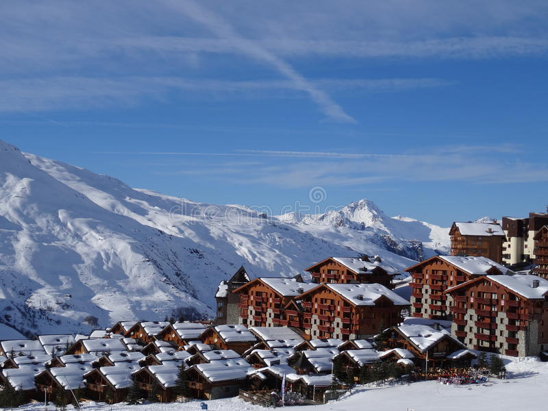 Snowy-Gebirgsskiort stockfotografie