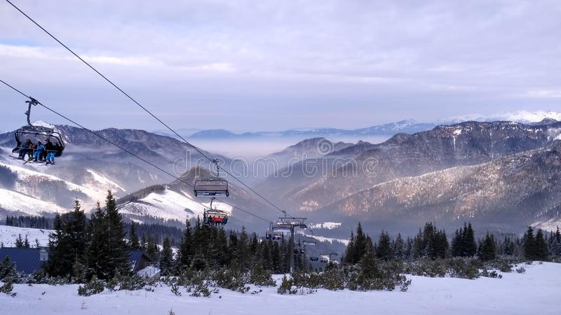 Snowy-Gebirgsskiort stockbilder