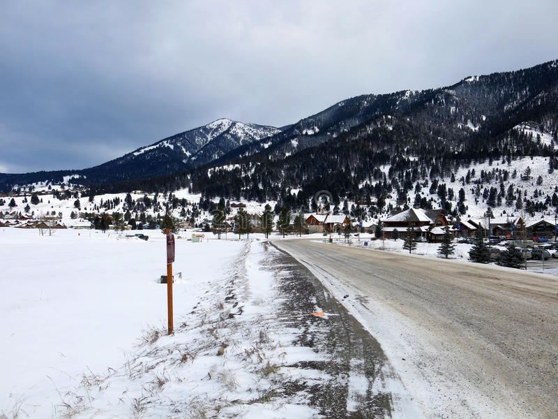 Snowy-Gebirgsstraße durch die Berge stockfotografie