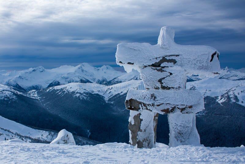 Snowy Inukshuk auf Berg stockbilder