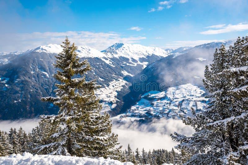 Snowy-Landschaft - Winterskiort in Österreich - Hochzillertal lizenzfreie stockfotos