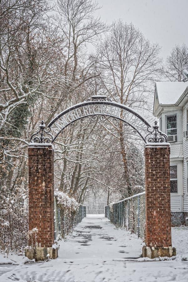 Snowy-Park-Eingang stockbild
