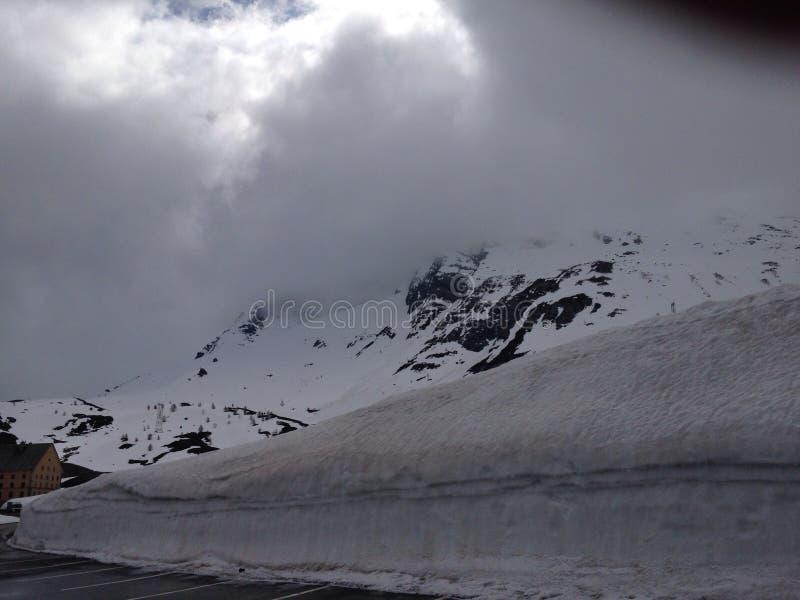 Snowy-Schweizer-Alpen lizenzfreie stockfotos