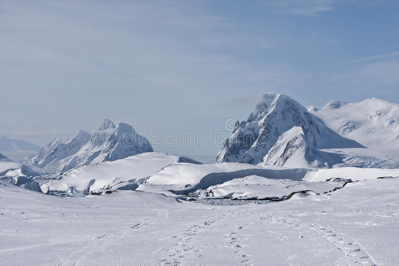 Snowy-Spitzen lizenzfreies stockbild