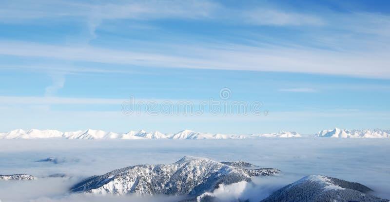 Snowy-Spitzen des niedrigen und hohen Tatras stockfotos