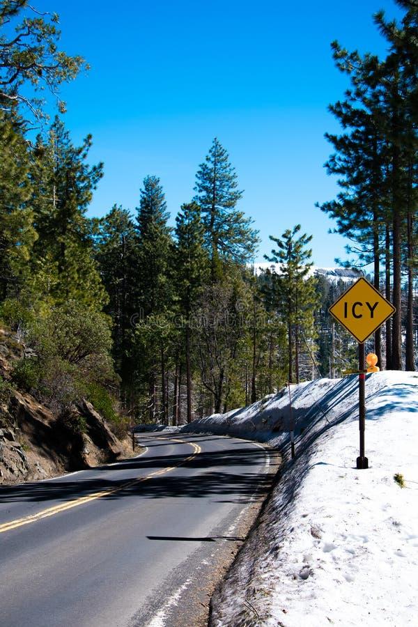 Snowy-Straße zu Yosemite-Tal stockfoto