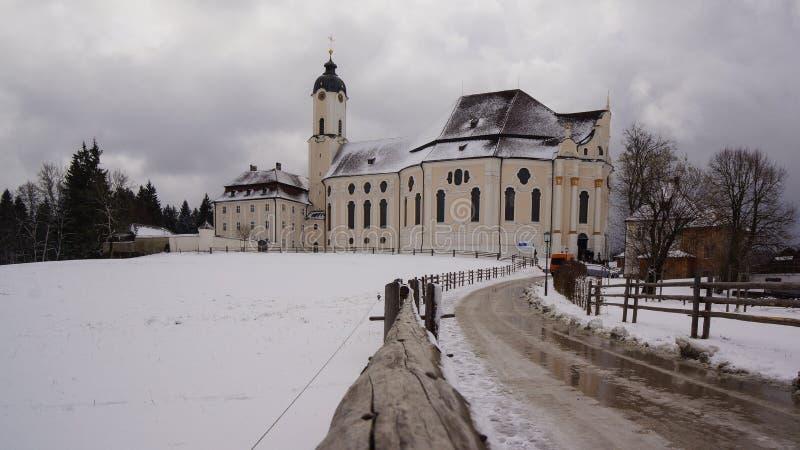 Snowy-Straße zum wieskirche steingaden herein Bayern stockfotos