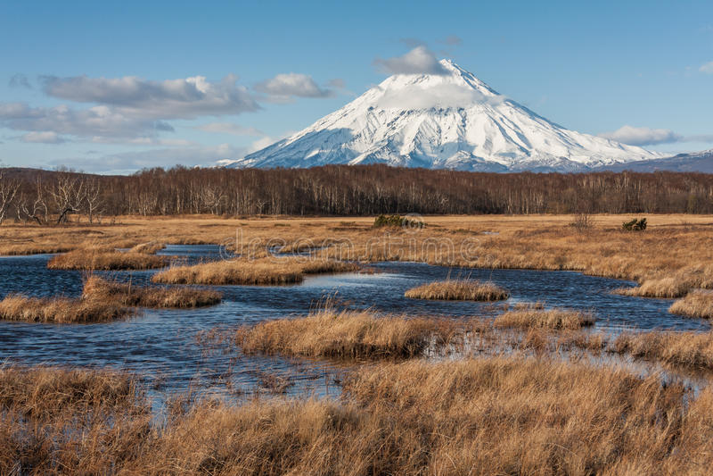 Snowy vulcan auf Kamchatka stockfoto