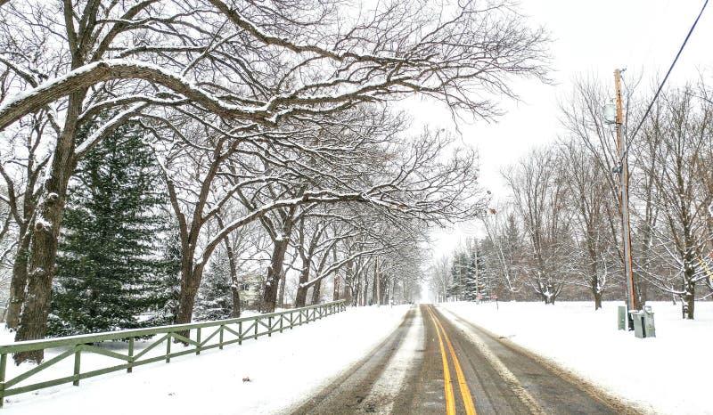 Snowy Winter Road Scene med gul rand fotografering för bildbyråer