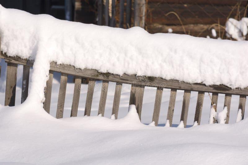 Snowy-Zaun in der Landschaft Der Schnee funkelt in der Sonne ru lizenzfreie stockfotos