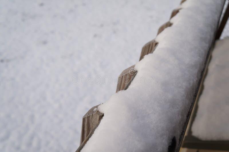 Snowy-Zaunbeitrag lizenzfreie stockbilder