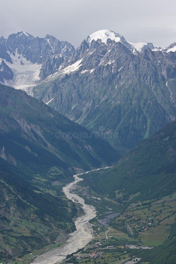 Download Snowyberg und -tal stockfoto. Bild von schönheit, steigen - 27728854