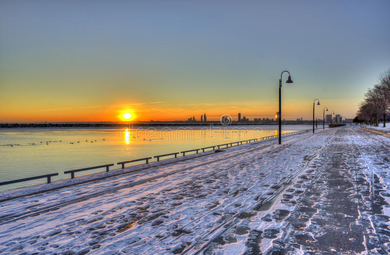 Snowywaterside lizenzfreie stockfotografie