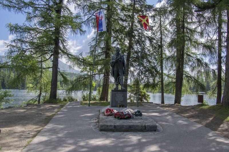 SNP-gedenkteken, Strbske-pleso/Slowakije - Juli 9, 2017: Het beeldhouwwerk in geheugen van militairen plaatste volgende Strbske-p royalty-vrije stock afbeeldingen