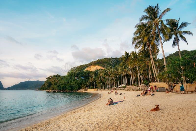 Snset przy Las?w Cabanas pla?? przy El Nido, Filipiny obrazy royalty free