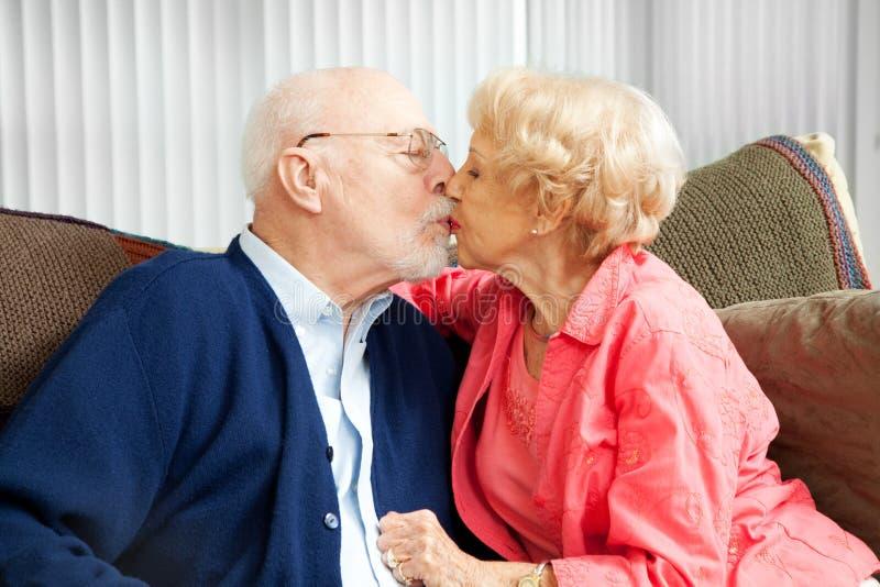 Snuggle degli anziani fotografia stock