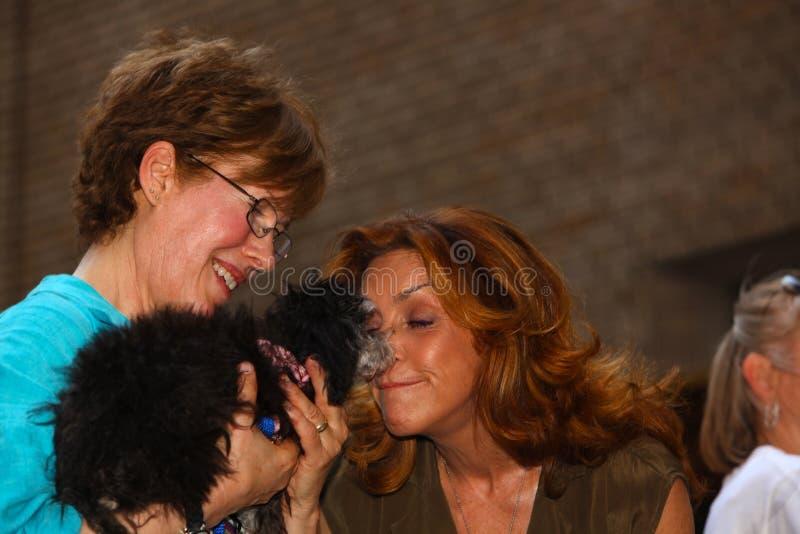 Snuggles di Judy McClane con il cucciolo adottabile fotografia stock