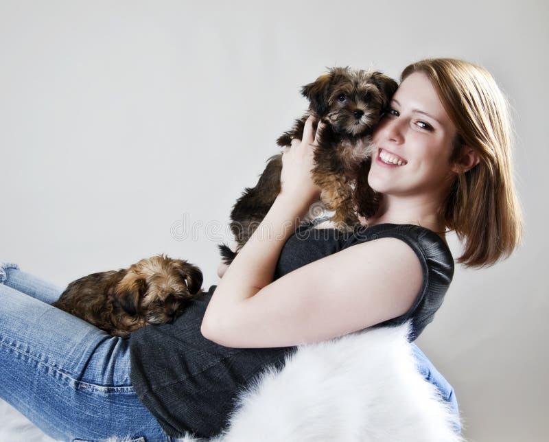 Snuggling con il cucciolo fotografie stock libere da diritti