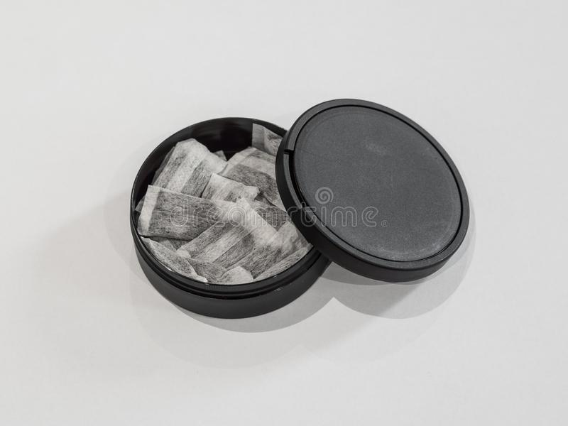 Snus sueco no fundo branco foto de stock