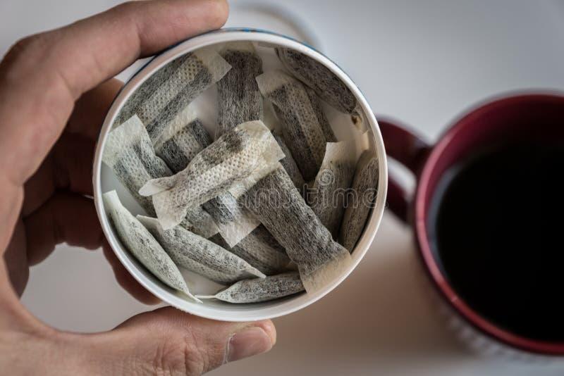Snus - une boîte de Snus, un produit du tabac moite de poudre photos libres de droits
