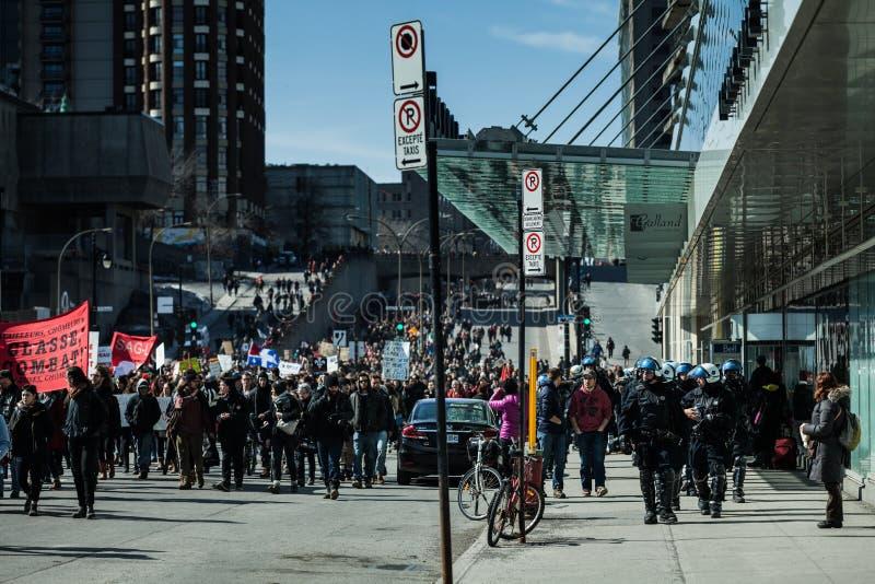 Snutar som följer Marchers i fall att av något, går fel royaltyfria foton