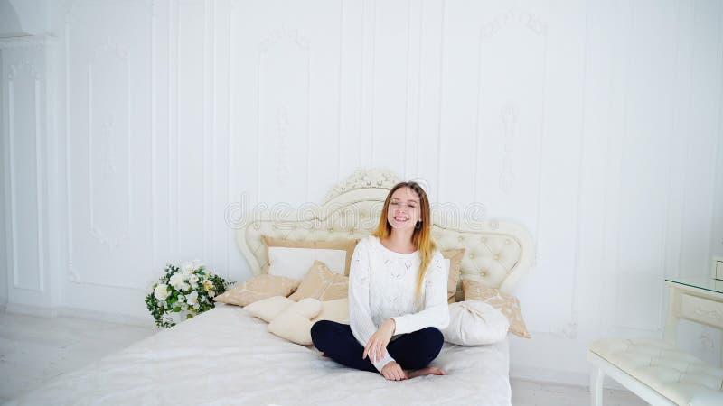 Snygg ung kvinna som är lycklig och skrattar på kameran som sitter på härligt royaltyfria foton