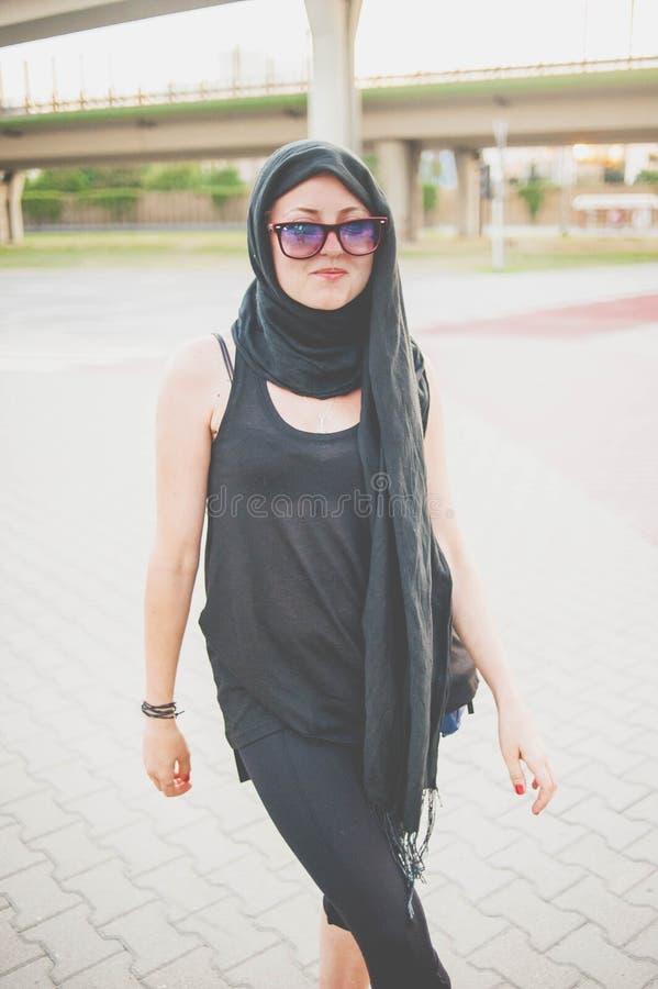 Snyggt i svart sjal arkivfoton