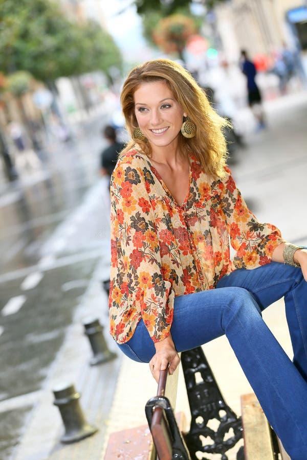 Snyggt sammanträde för trendig kvinna i gatan royaltyfri foto