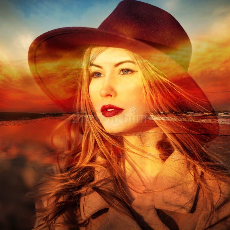 Soñador hermoso de la mujer en la playa en el tiempo de la puesta del sol Exposición doble fotografía de archivo