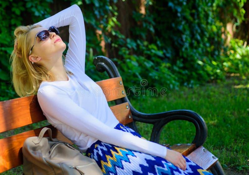 Soñe las vacaciones El blonde de la mujer con las gafas de sol sueña sobre las vacaciones, rotura de la toma que se relaja en par fotos de archivo
