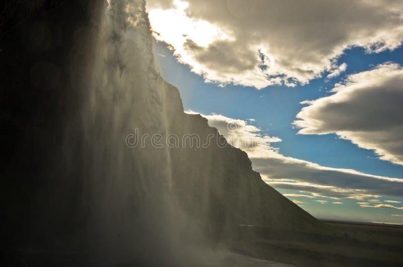 Sob a cachoeira de Seljalandsfoss do rio Seljalandsa, Islândia sul fotografia de stock royalty free