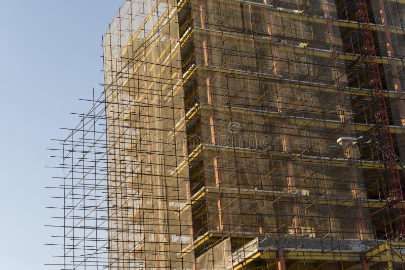 Sob a construção da construção coberta pelas hastes de metal múltiplas imagem de stock