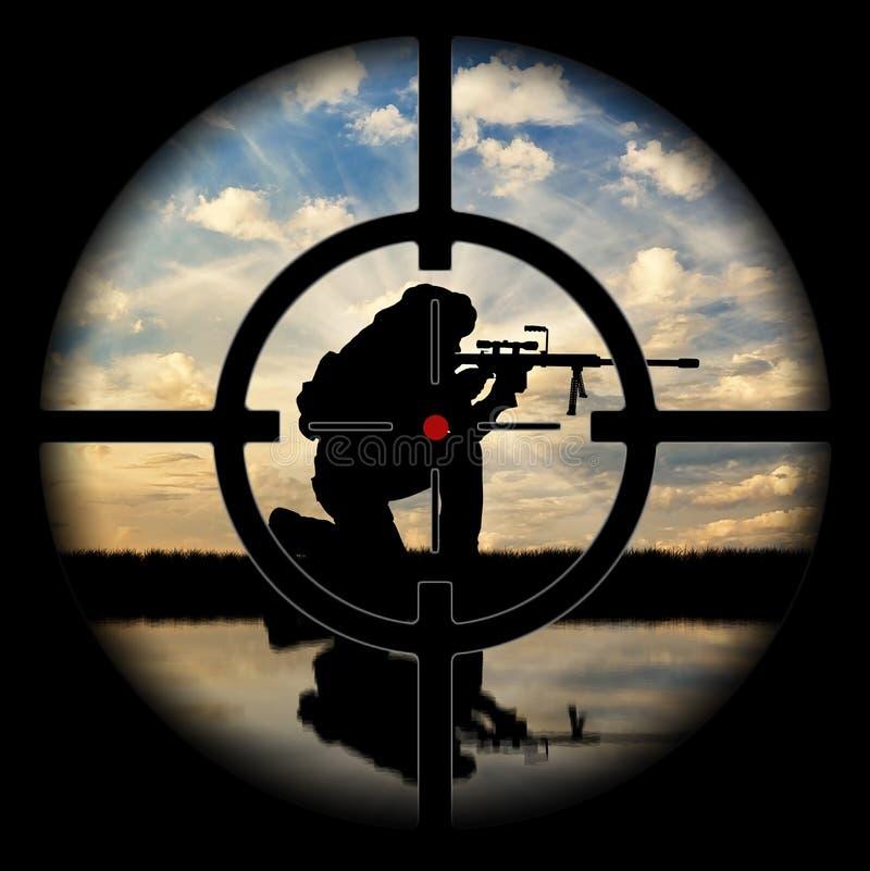 Sob a mira de arma silhueta do terrorista contra o por do sol fotografia de stock royalty free