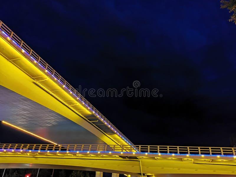 Sob a noite, as duas pontes cruzam-se e formam-se uma imagem bonita imagem de stock royalty free
