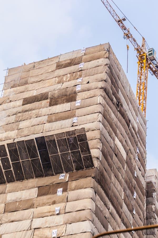 Sob o arranha-céus da construção fotografia de stock