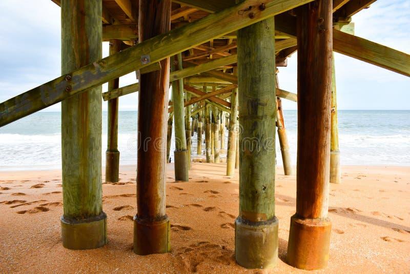 Sob o cais da praia de Flagler em Florida fotografia de stock